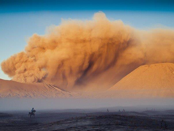 Песчаная буря вблизи действующего вулкана Бромо, о. Ява, Индонезия (604x453, 27Kb)