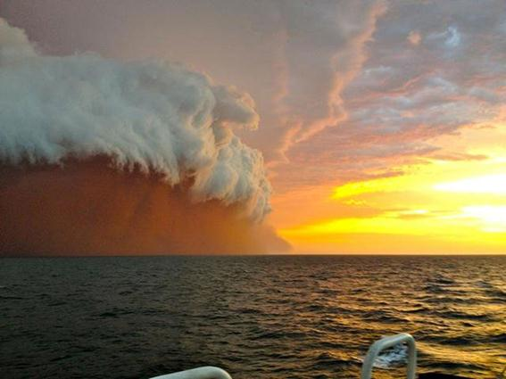 Багровая буря в западной Австралии. Фотографии, видео