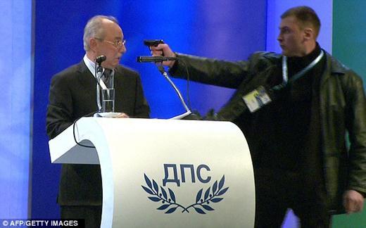 Болгарского политика пытались убить из газового пистолета на конференции в Софии. Фотографии