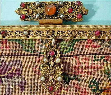 Сумочка-кошелёк из гобелена с шёлковой подкладкой; цепочка и застёжка - из золота, украшения - из драгоценных камней...