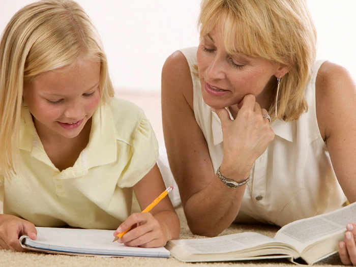 Сын делает уроки с мамой 9 фотография