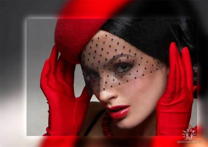 Фото девушки сбоку в красном платье