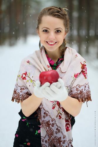 девушка с яблоком (333x500, 63Kb)