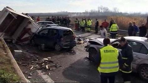 Сразу 30 машин попали в аварию в Греции. Фото