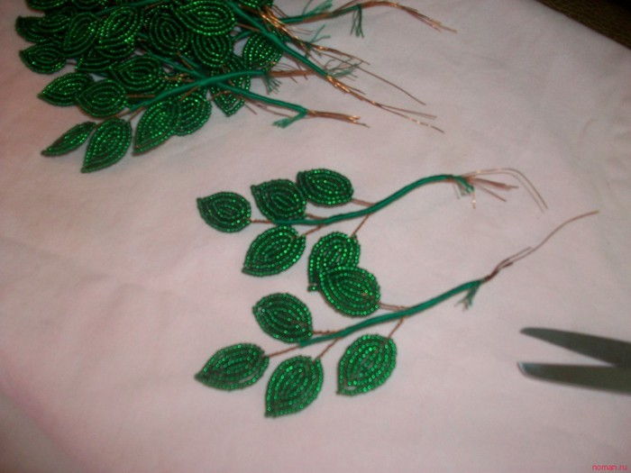 1. Теперь соединяем листики с веточками Глицинии.  Листья собираем вместе и сматываем мулине зеленого цвета.