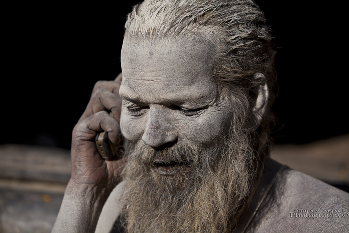 Ash smeared Sadhu with his cell phone (700x466, 185Kb)