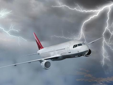 Турецкий самолет сел с горящим от удара молнии двигателем. Видео