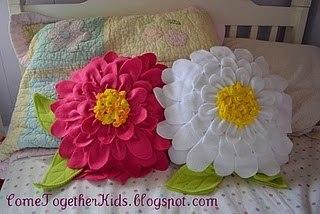 Посмотрите мастер класс как можно сделать декоративную подушку -цветок из флиса или фетра.