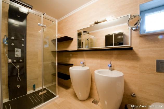 Интерьер ванной с душевой кабиной .