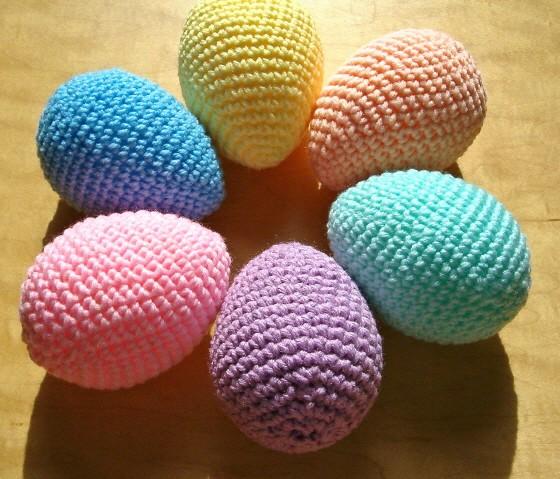 Яйца из бисера.  Очень красивыми получаются яйца, украшенные бисером.  Можно соединять разные виды бисера и...