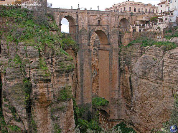 Puente Nuevo. Символ Ронды (Испания), мост соединяющий старую и новую части города. Он построен в XVIII в. над самым глубоким местом ущелья на высоте 100 м (604x453, 84Kb)