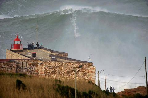 Ну ооочень крутой серфер в Португалии (480x319, 24Kb)