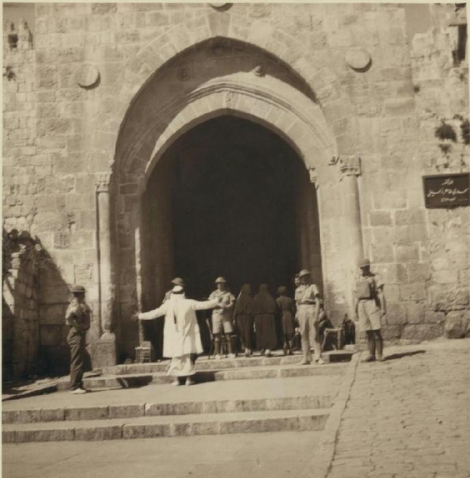 40 Досмотр арабов возле Дамаских ворот.22 октября (687x700, 295Kb)