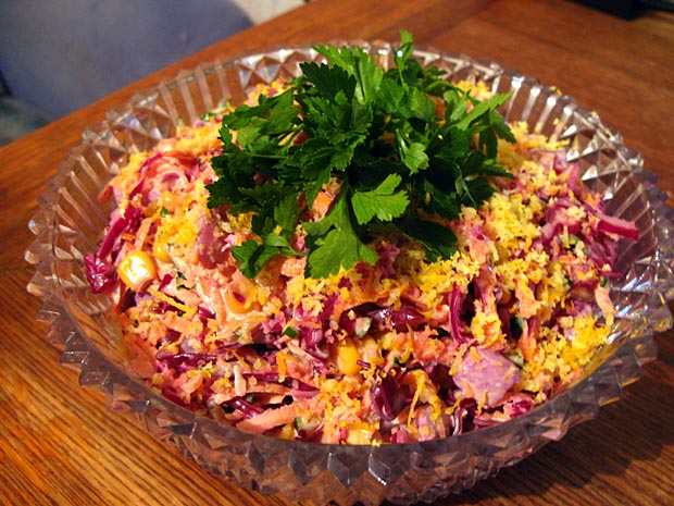 Салат из капусты и копченой курицы и сухариков 3