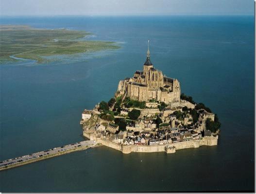 Остров-город-крепость. Аббатство Мон-Сен-Мишель, Франция (527x400, 25Kb)