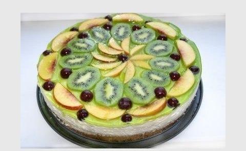 wpid QNXbHGg1HIY Украшаем торт фруктами.
