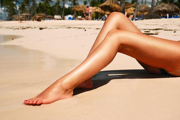 Девушка сидит согнув ноги фото