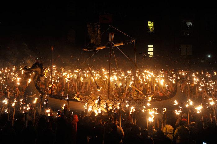 Шотландский праздник Апхелио (700x465, 90Kb)
