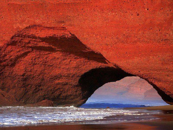 Красные скалы марокканского побережья просто захватывают дух своей нереальностью (604x453, 83Kb)