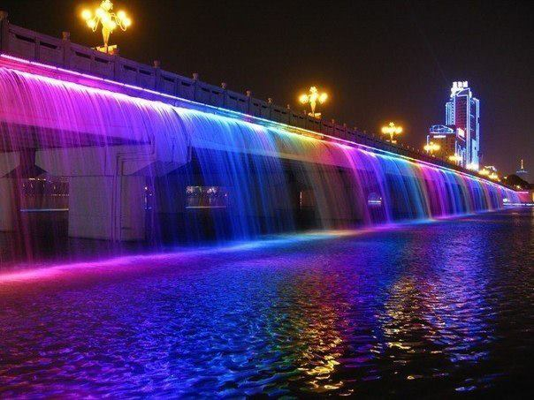 Мост «Фонтан радуги» — самый длинный мост-фонтан в мире (1140 метров). Официально занесен в Книгу рекордов Гиннесса, расположен в Сеуле (604x453, 54Kb)