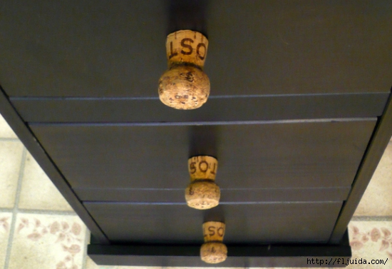 wine-cork-projects-champagne-cork-drawer-pulls-from-dollar-store-crafts (550x377, 142Kb)