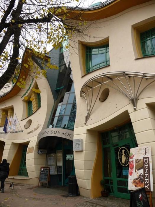 2. Двери, окна и стены здания несимметричны и причудливо изогнуты. Металлическая крыша дома сложена из небольших, переливающихся на свету зелёных пластин, и напоминает чешуйчатую спину огромного сказочного дракона (525x700, 66Kb)