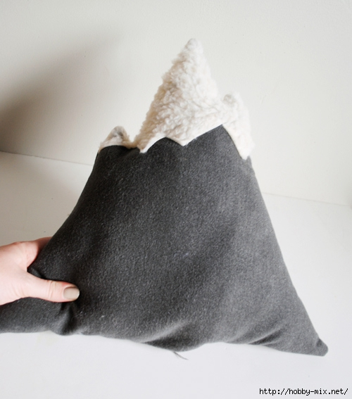 designsponge-diy-12-12-mountain-pillow-step11b (500x567, 138Kb)