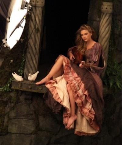 Новость: Новое фото от Эни Лейбовиц — Тейлор Свифт в роли Рапунцель!