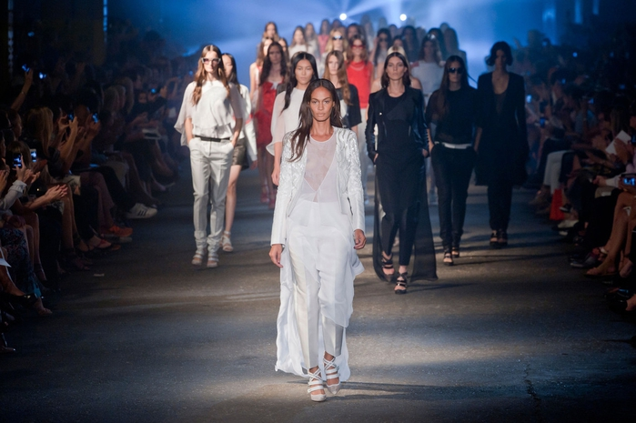 joan-smalls-leading-the-finale-at-prabal-gurung-spring-summer-2013-nyfw (700x465, 225Kb)