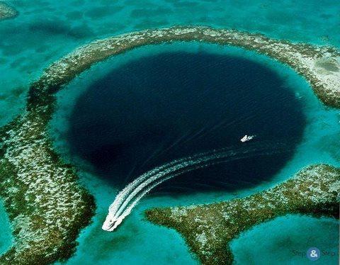 Большая голубая дыра - одно из геологических чудес вблизи полуострова Юкатан (территория государства Белиз в Центральной Америке), представляющее собой круглую воронку диаметром 305 м и 120 м в глубину (480x374, 46Kb)
