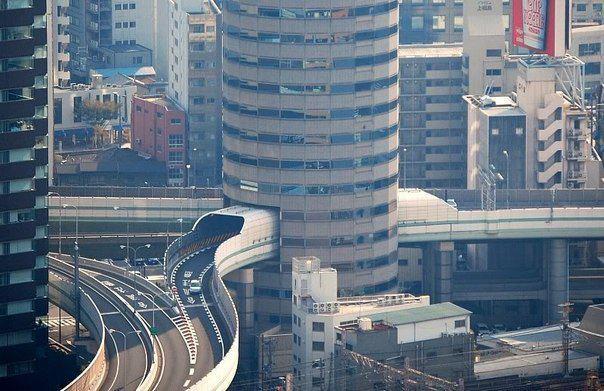 Осака, Япония. Дорога проведенная через офисное здание (604x391, 59Kb)