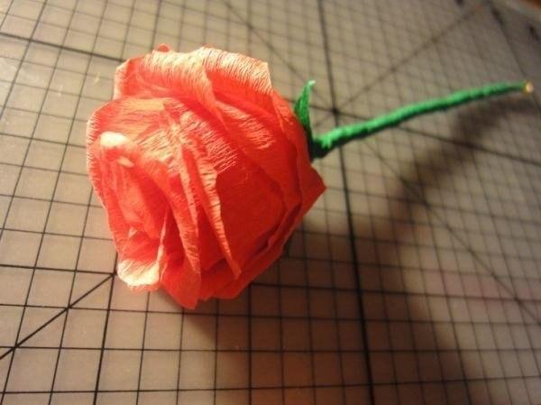 Как сделать розу из гофрированной бумаги своими руками фото поэтапно