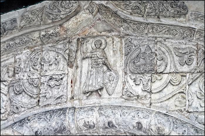 Георгий Победоносец. Барельеф на Георгиевском соборе в Юрьеве-Польском/3673959_24 (700x464, 236Kb)
