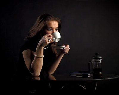 stock-footage-pal-the-woman-drinks-coffee-and-speaks-by-phone (400x320, 11Kb)
