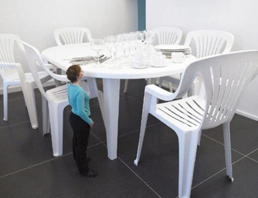 Лилиан Бурго. «Обед Гулливера» с гигантскими предметами