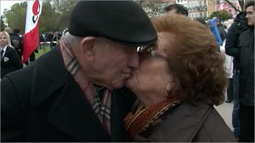 Жители Лиссабона провели сеанс массового поцелуя
