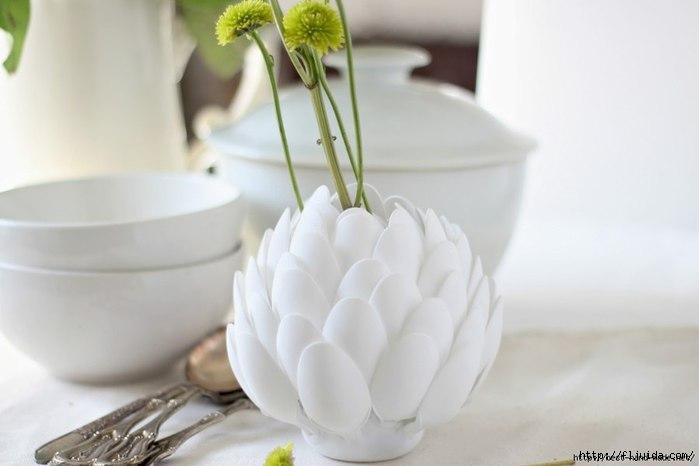 Делаем мини вазу из пластиковых ложечек.