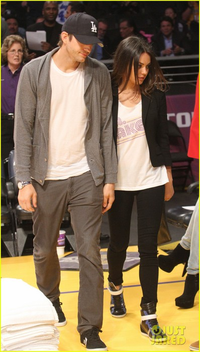 ashton-kutcher-mila-kunis-lakers-game-couple-04 (398x700, 73Kb)
