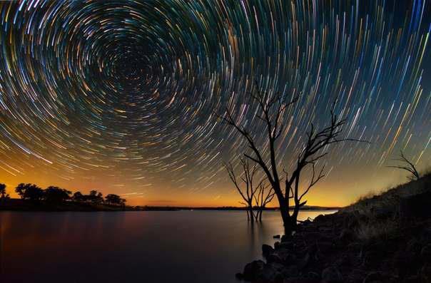 Начинающий фотограф Линкольн Харрисон запечатлел движение звезд по ночному небу, использовав длинную выдержку (до 15 часов). Съемки проходили около озера Эппалок в штате Виктория, Австралия (604x397, 41Kb)