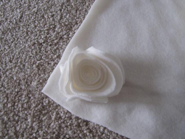 almohada con rosas hechas de fieltro (10) (640x480, 79Kb)