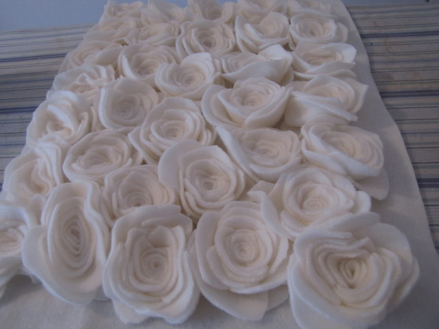 almohada con rosas hechas de fieltro (11) (640x480, 57Kb)