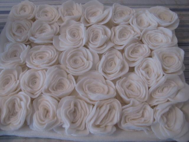 almohada con rosas de fieltro (14) (640x480, 64Kb)