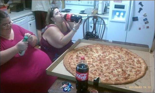 едят пиццу (640x384, 48Kb)