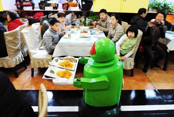 В Китае появился робот официант Фотографии