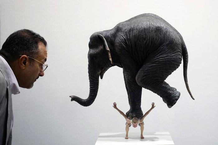 слон на плечах скульптура фото 1 (700x466, 77Kb)