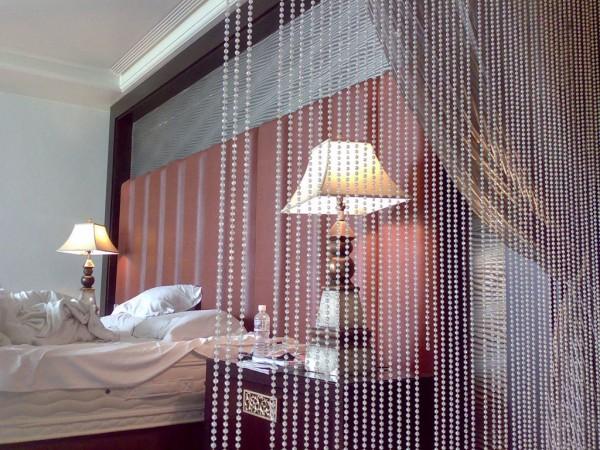 Белые шторы из бисера - это оригинально.  Шторы придают особый шарм вашей спальне.  Как сделать.