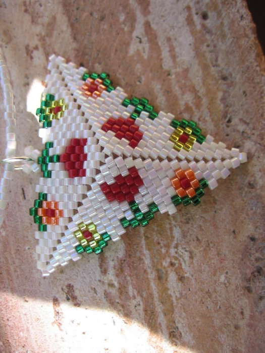 Из бисера по схемам сплести треугольник. из бисера (525x700, 279Kb) .