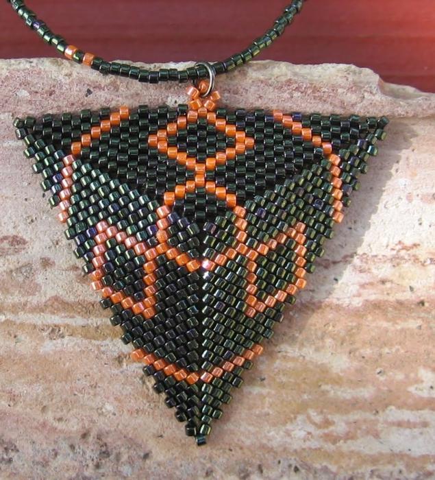 Из бисера по схемам сплести треугольник. из бисера (635x700, 366Kb) .