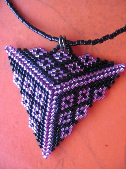 Для любителей плести из бисера по схемам нашла еще много вариантов разных.  Здесь есть как сплести треугольники...