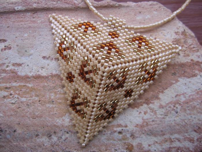 Сплести из бисера по схемам объемный треугольник. сплести из бисера (700x525, 316Kb) .